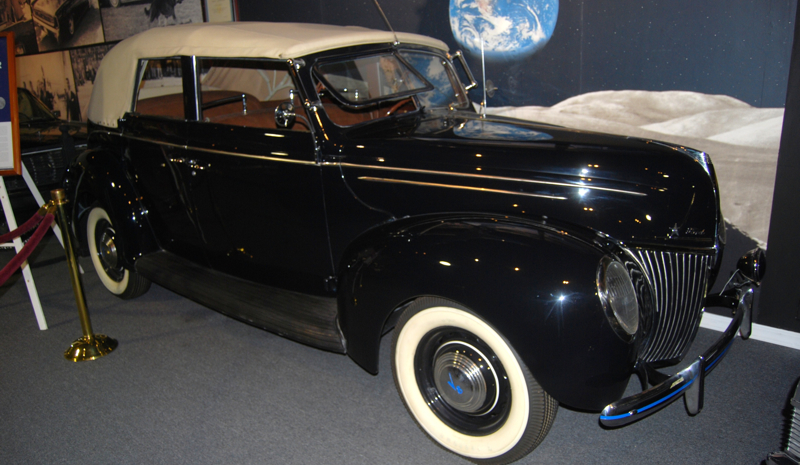 1939 Ford Deluxe Convertible Sedan